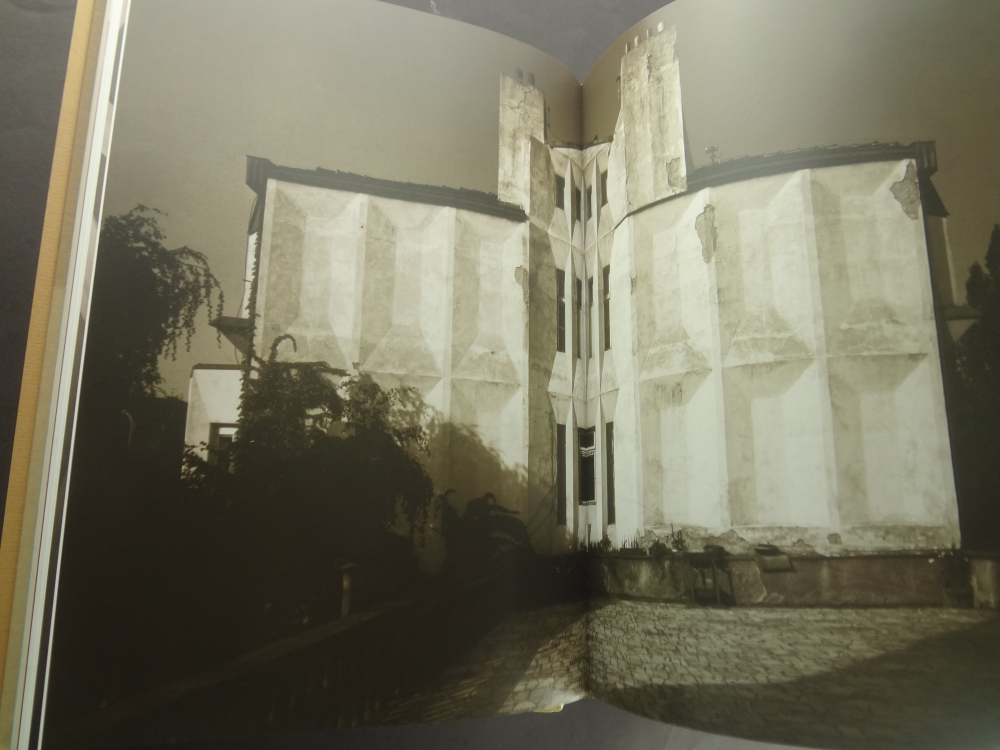 Lomene, hranate a obloukove tvary: Ceska kubisticka architektura 1911-19235